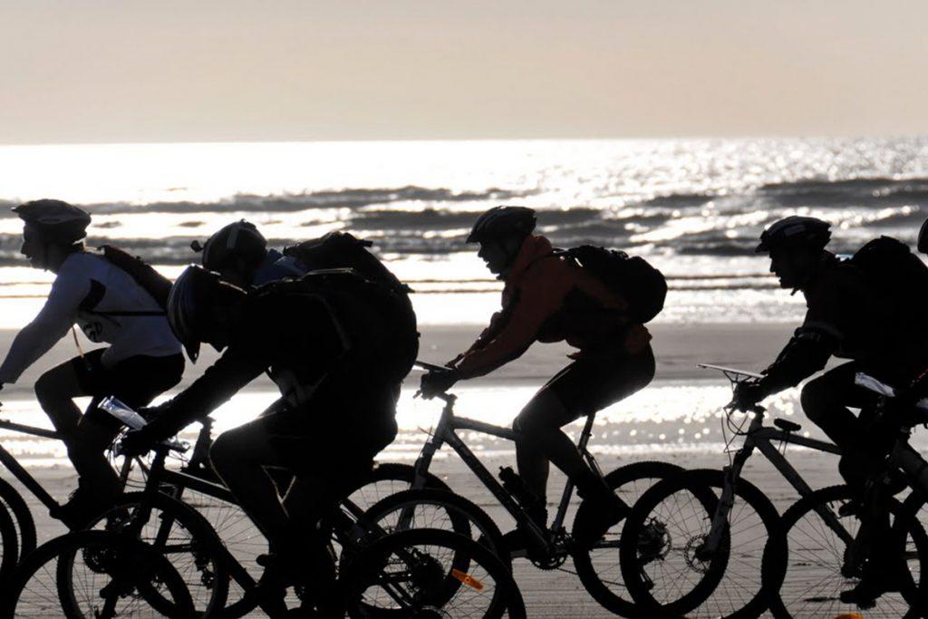 participants du touquet raid pas de clalais sur l'étape à vélo